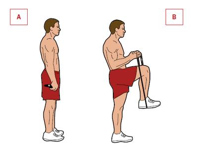 Ćwiczenie: opuszczanie nogi z oporem. Mięśnie: uda, pośladki, biceps. Stań, trzymając nogi razem z linką skakanki pod prawą stopą. Rączki trzymaj mocno, opleć linkę wokół nadgarstków i unieś prawe kolano [A]. Naciśnij prawą nogą na skakankę, jednocześnie kontrując ruch rękoma [B].