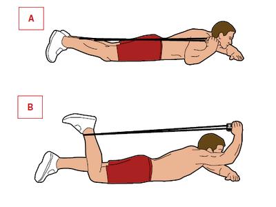 Ćwiczenie: uginanie nóg leżąc.  Mięśnie: uda. Połóż się przodem na macie i zahacz skakankę o prawą kostkę. Rączki złap prawą ręką [A]. Ugnij prawą nogę w kolanie. Opuszczaj ją przez 5 sekund, ale ciągnij jednocześnie za rączki, by stawić ruchowi opór [B].