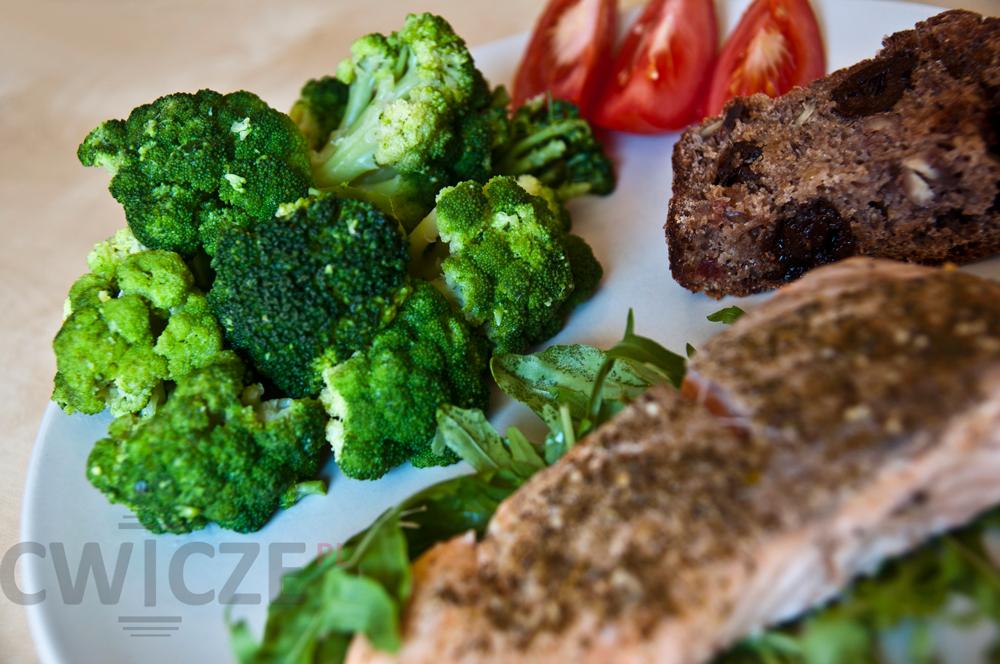 Łosoś + Brokuły + Pomidory + rukola + kromka chleba żytniego razowego na mące żytniej razowej TYP 2000