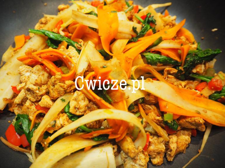 Kurczak z warzywnym makaronem